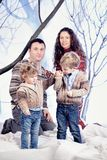 Retrato de la familia en fondo del bosque de la nieve del estudio Imagenes de archivo