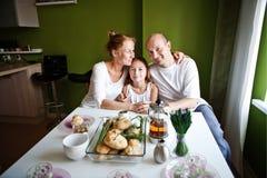 Retrato de la familia en hogar Fotos de archivo libres de regalías