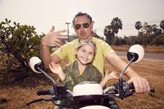 Retrato de la familia en la bici Fotos de archivo libres de regalías