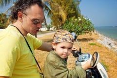 Retrato de la familia en la bici Imagenes de archivo