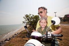 Retrato de la familia en la bici Foto de archivo