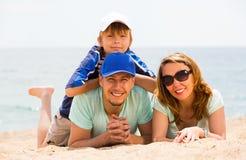 Retrato de la familia en la playa Fotografía de archivo