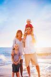 Retrato de la familia en la playa en la puesta del sol Fotografía de archivo libre de regalías