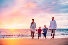 Retrato de la familia en la playa en la puesta del sol Imágenes de archivo libres de regalías