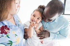 Retrato de la familia en un fondo blanco Familia multiétnica feliz Valores familiares imagen de archivo libre de regalías