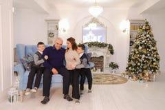 Retrato de la familia encantadora y ejemplar, de padres que cuidan y del ch Foto de archivo