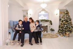 Retrato de la familia encantadora y ejemplar, de padres que cuidan y del ch Imagen de archivo libre de regalías