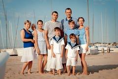 Retrato de la familia feliz cerca del yate Foto de archivo
