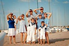 Retrato de la familia feliz cerca del yate Imagen de archivo libre de regalías