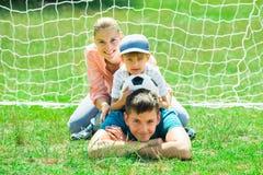 Retrato de la familia feliz con el balón de fútbol Imagen de archivo libre de regalías