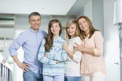 Retrato de la familia feliz con los niños que se unen en casa Foto de archivo libre de regalías