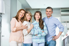 Retrato de la familia feliz con los niños que se unen en casa Imagenes de archivo