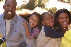 Retrato de la familia feliz en jardín del verano fotos de archivo libres de regalías