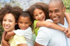 Retrato de la familia feliz en parque Imagenes de archivo