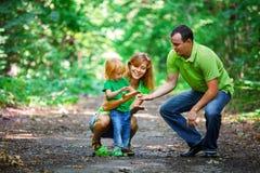 Retrato de la familia feliz en parque foto de archivo
