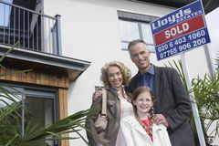 Retrato de la familia feliz fuera del nuevo hogar fotografía de archivo