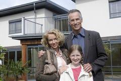 Retrato de la familia feliz fuera del nuevo hogar imagen de archivo libre de regalías