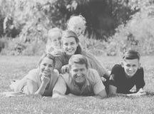 Retrato de la familia feliz grande con los padres y cuatro niños en g Fotografía de archivo libre de regalías