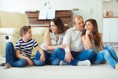 Retrato de la familia feliz joven con la hija bonita del adolescente y Imagen de archivo