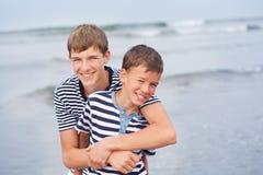 Retrato de la familia hermosa feliz cerca del mar Fotos de archivo libres de regalías