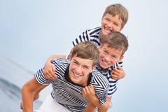 Retrato de la familia hermosa feliz cerca del mar Fotos de archivo