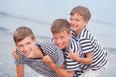 Retrato de la familia hermosa feliz cerca del mar Foto de archivo libre de regalías