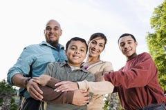 Retrato de la familia hispánica al aire libre Imagenes de archivo