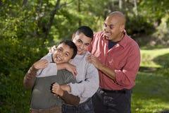 Retrato de la familia hispánica con dos muchachos al aire libre Imagenes de archivo