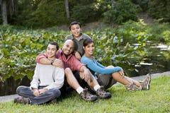 Retrato de la familia hispánica con dos muchachos al aire libre Imágenes de archivo libres de regalías