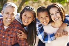 Retrato de la familia hispánica en campo Imagenes de archivo