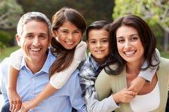 Retrato de la familia hispánica en campo