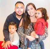 Retrato de la familia hispánica feliz Imagenes de archivo
