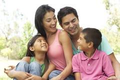Retrato de la familia hispánica joven en parque imagenes de archivo
