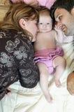 Retrato de la familia joven con lindo poco babby Imagen de archivo libre de regalías