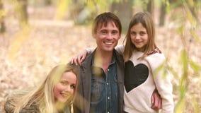 Retrato de la familia joven que mira y que sonríe almacen de video