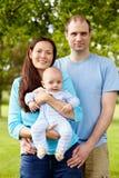 Retrato de la familia multiétnica feliz con el bebé Fotos de archivo