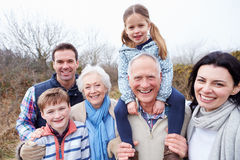 Retrato de la familia multi de la generación en paseo del campo Imagen de archivo