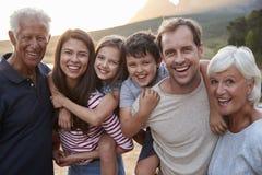 Retrato de la familia multi de la generación en paseo del campo por el lago fotos de archivo libres de regalías
