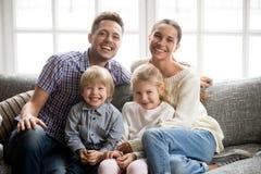 Retrato de la familia multinacional feliz con el enlace adoptado de los niños Fotos de archivo