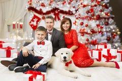 Retrato de la familia de la Navidad, padre feliz Mother Child Boy y perro Imagen de archivo libre de regalías