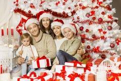 Retrato de la familia de la Navidad, padre feliz Mother Children Baby Imagenes de archivo