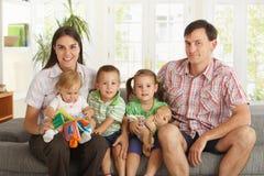 Retrato de la familia nuclear en el país imagen de archivo libre de regalías