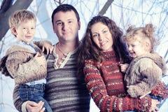 Retrato de la familia que se coloca en fondo del bosque de la nieve del estudio Fotos de archivo libres de regalías
