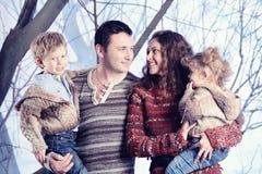 Retrato de la familia que se coloca en fondo del bosque de la nieve del estudio Fotografía de archivo libre de regalías