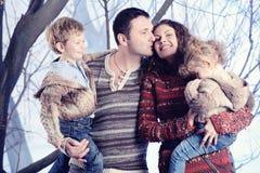 Retrato de la familia que se coloca en fondo del bosque de la nieve del estudio Fotos de archivo