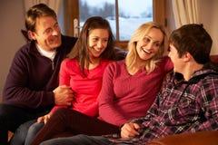 Retrato de la familia que se relaja en el sofá junto Imagen de archivo