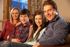 Retrato de la familia que se relaja en el sofá junto Imagenes de archivo