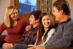 Retrato de la familia que se relaja en el sofá junto Foto de archivo