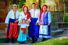 Retrato de la familia ucraniana feliz en trajes tradicionales imagen de archivo libre de regalías