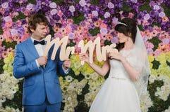 Retrato de la fan de pares hermosos Alineada de boda Accesso de la boda Fotografía de archivo libre de regalías